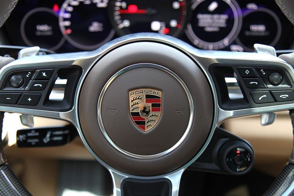 logo na kierownicy Porsche